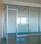 Pareti mobili vetrate con porta in vetro smerigliato