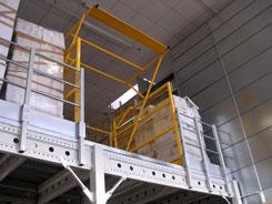 soppalchi con aperture laterali e cancelli di sicurezza per operazioni di carico e scarico