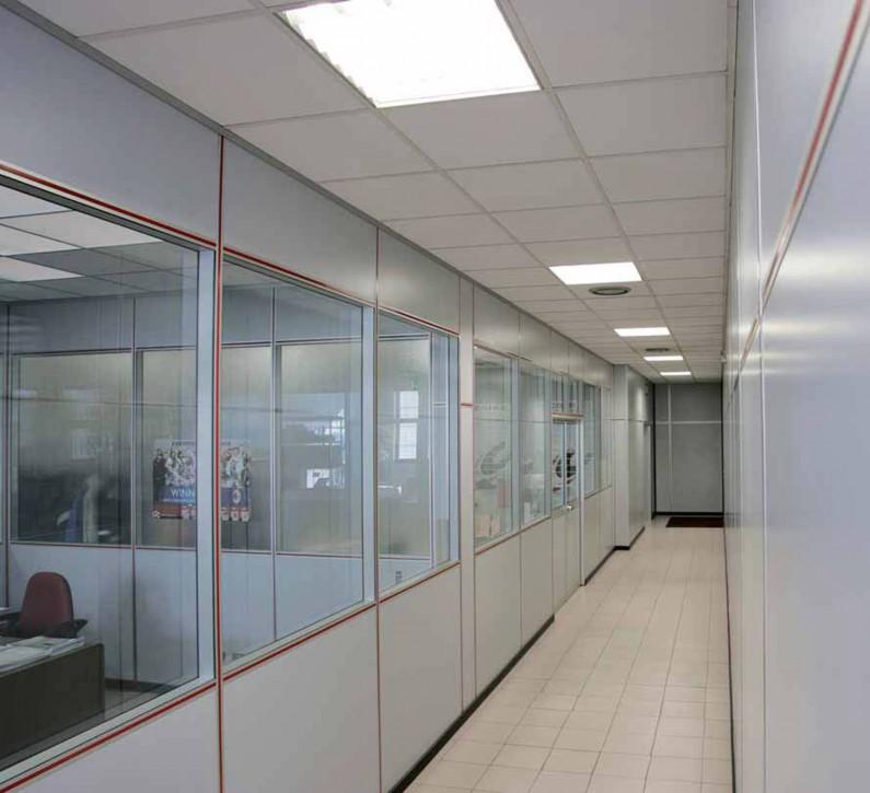 Uffici con pareti divisorie piene con vetro totalmente for Pareti divisorie