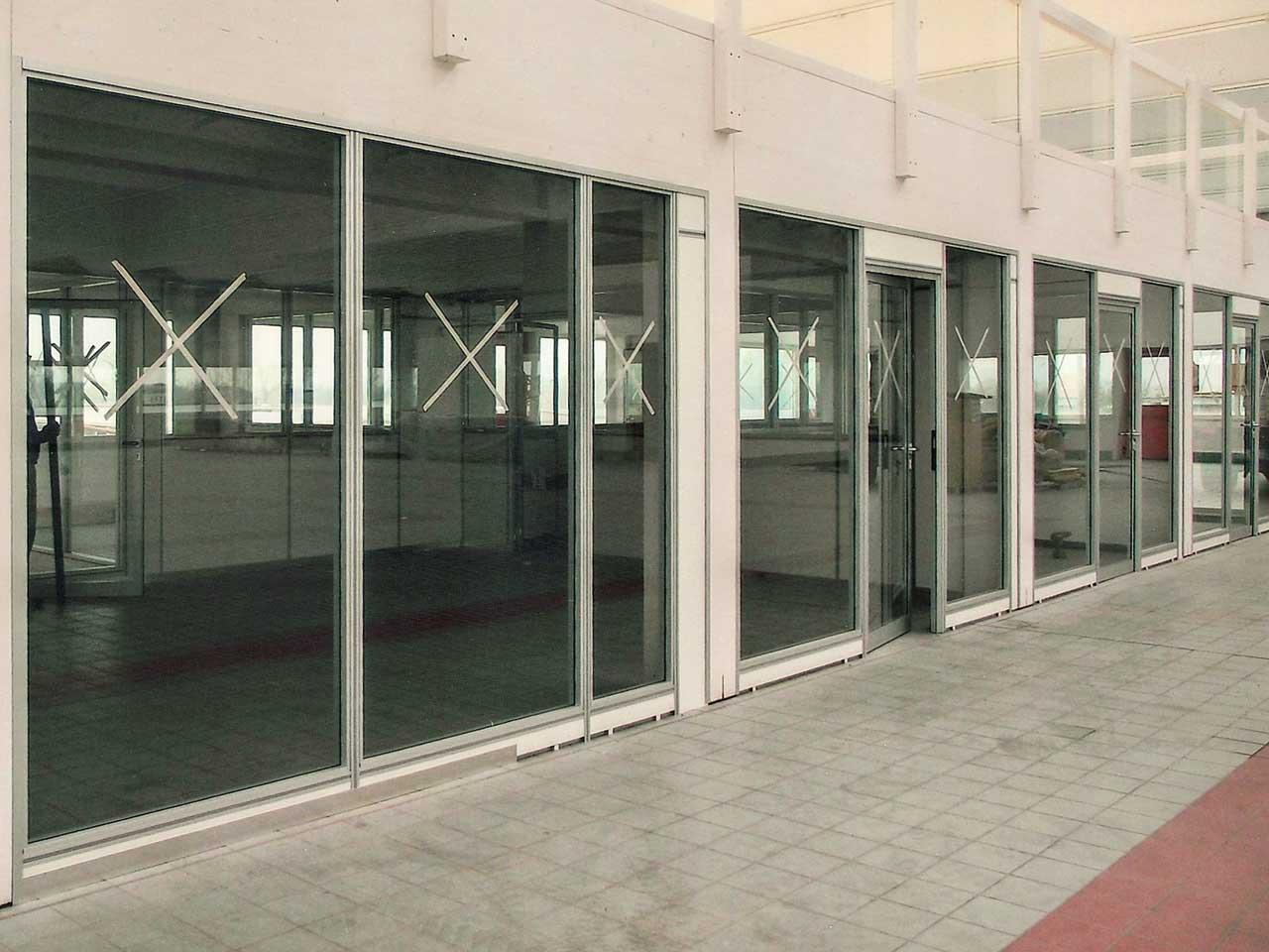 Uffici con pareti divisorie in vetro integrabili con pareti mobili e ...