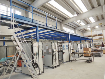 installazione robot in ambienti protetti ricavati sotto soppalco industriale con pareti divisorie