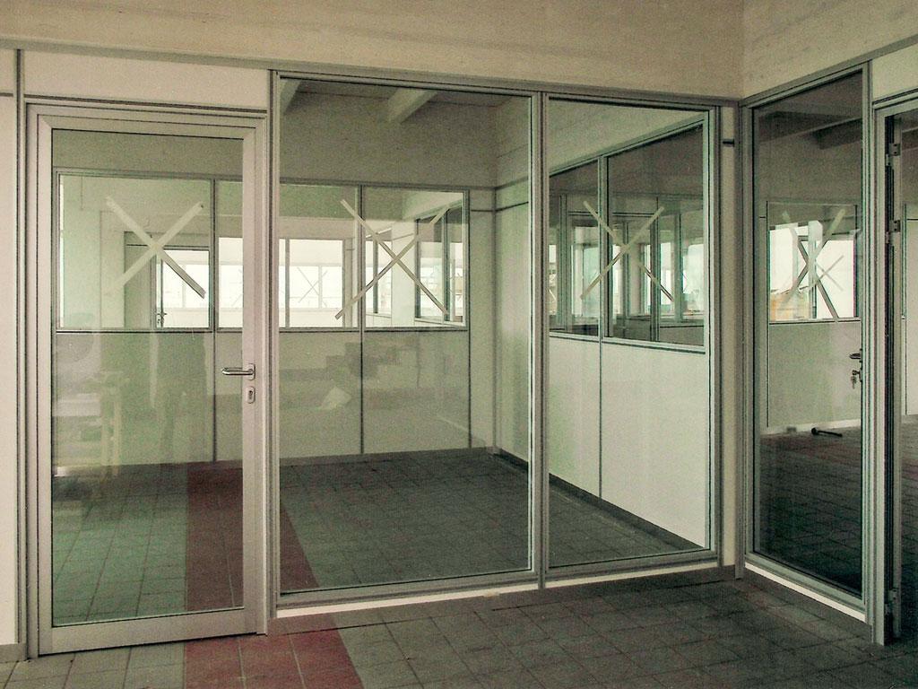 Uffici con pareti mobili in vetro integrabili con pareti mobili e attrezzate