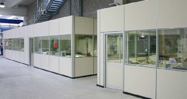 uffici con pareti mobili componibili con pareti in vetro, divisorie e attrezzate