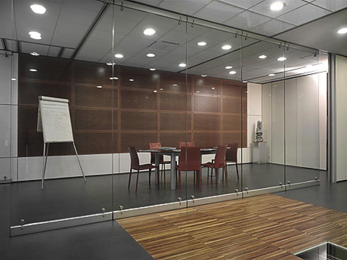 Uffici con pareti mobili in vetro integrabili con pareti for Mobili di ufficio