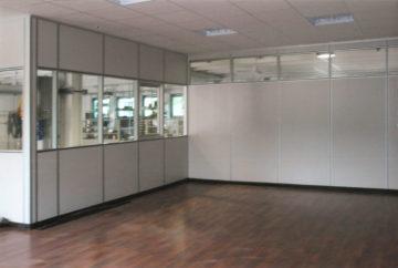laboratorio con pareti mobili sopra soppalco industriale