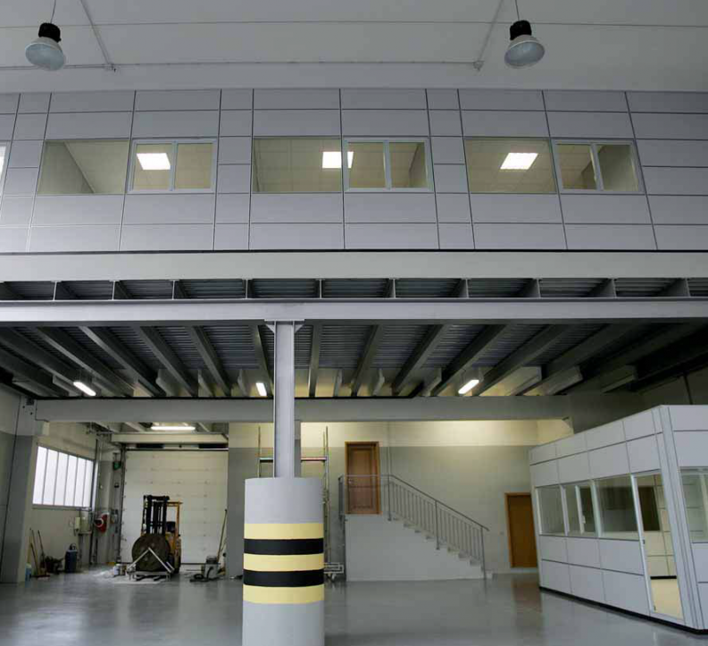 Pareti In Vetro Per Interni Torino: Parete Divisoria in Legno Massello e Vetro Nodoo.