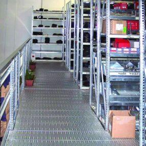 camminamento piano superiore soppalco industriale con scaffalature metalliche picking