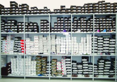disposizione prodotti in negozio con scaffalature metalliche leggere