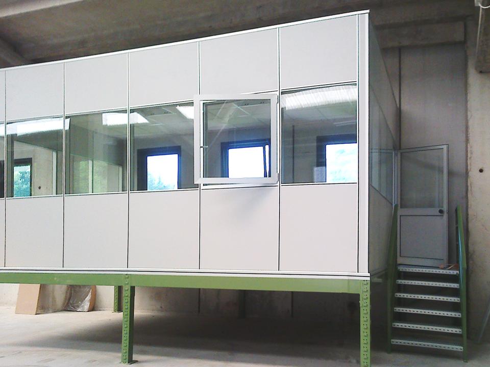 Scala per accesso soppalco per ufficio con pareti vetrate for Magazzini mobili