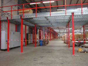 Soppalchi per magazzino ad ampia luce tra colonne portanti