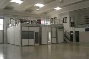 Soppalchi con ufficio reception al livello terra e magazzino al piano superiore.